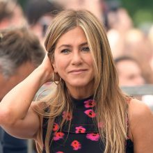 JENNIFER ANISTON BETWEEN DENIM, COUTURE AND NATURAL ELEGANCE